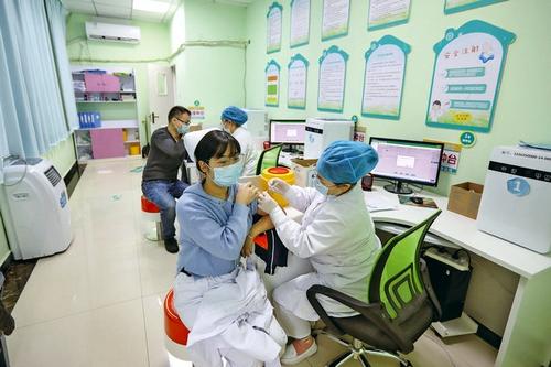 """新冠疫苗""""加强针""""接种有序进行"""