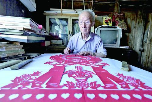 天柱县84岁侗族艺术家龙潜珍创作剪纸画颂歌壮丽70年
