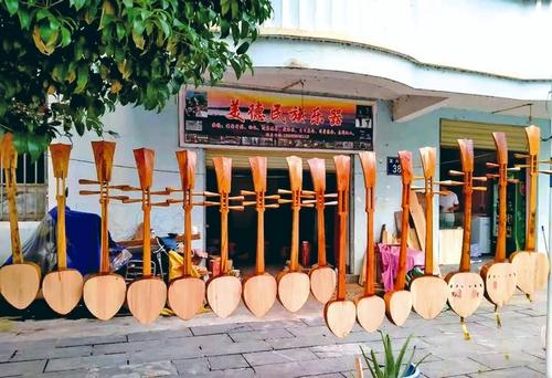 从江:侗族小伙返乡创业制琵琶